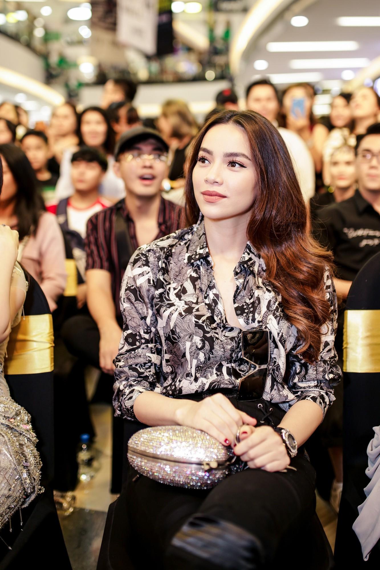 Đàm Vĩnh Hưng bất ngờ tiết lộ nụ hôn nồng cháy với Hoa hậu Hương Giang - Ảnh 12.