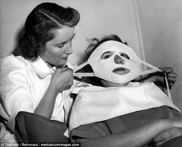 Từ thời chưa có botox, những năm 40-50 phái đẹp đã dày công làm đẹp với đủ mọi liệu trình chăm sóc da tại spa - Ảnh 1.