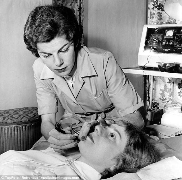 Từ thời chưa có botox, những năm 40-50 phái đẹp đã dày công làm đẹp với đủ mọi liệu trình chăm sóc da tại spa - Ảnh 11.