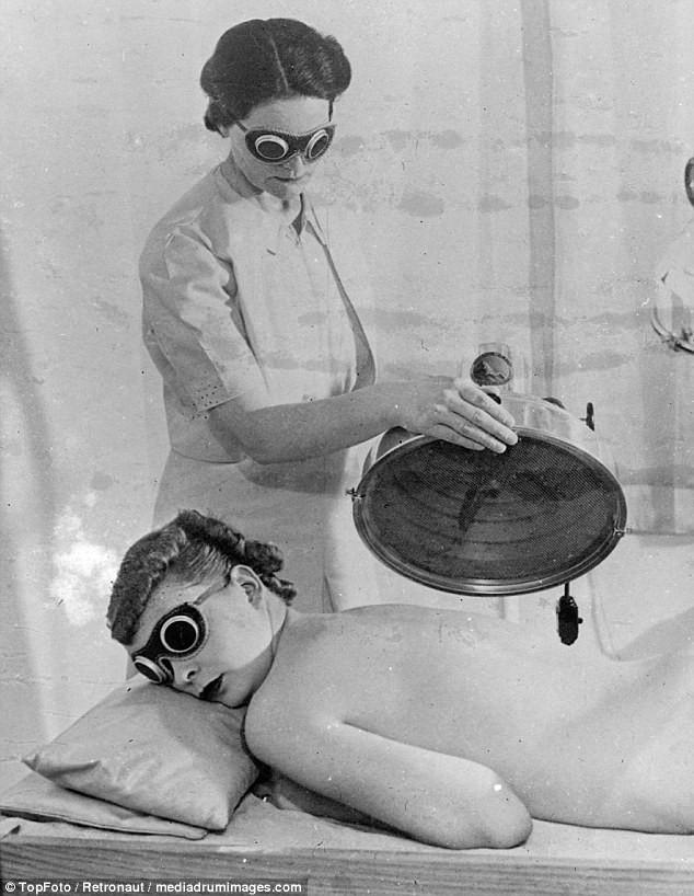 Từ thời chưa có botox, những năm 40-50 phái đẹp đã dày công làm đẹp với đủ mọi liệu trình chăm sóc da tại spa - Ảnh 14.