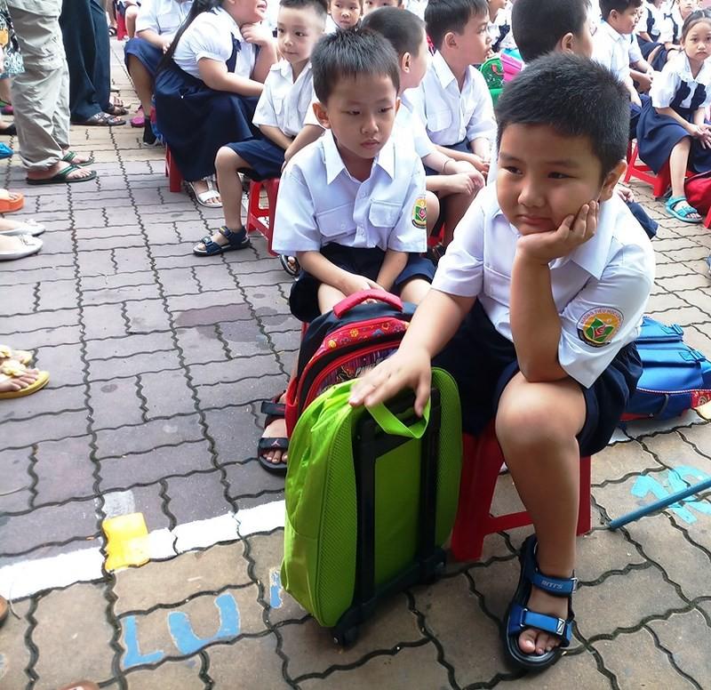 Học sinh lớp 1 mếu máo trong ngày đầu tựu trường - Ảnh 2.