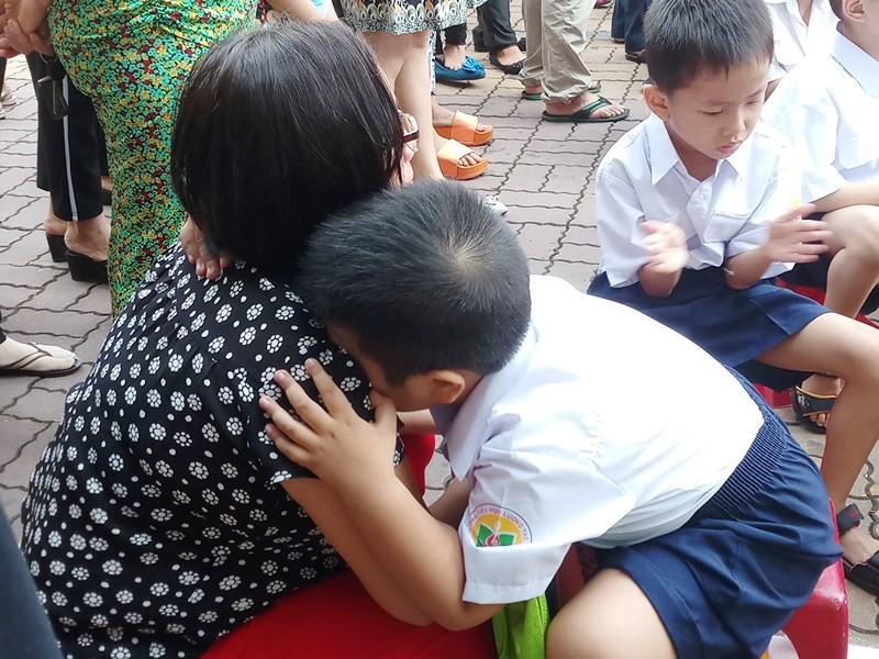 Học sinh lớp 1 mếu máo trong ngày đầu tựu trường - Ảnh 3.