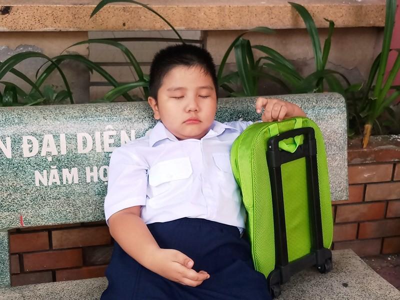 Học sinh lớp 1 mếu máo trong ngày đầu tựu trường - Ảnh 4.