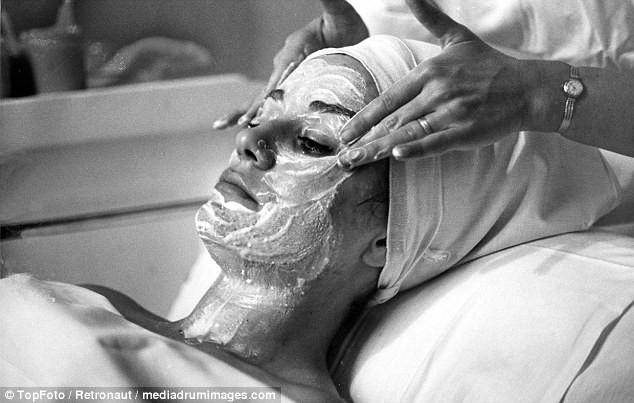 Từ thời chưa có botox, những năm 40-50 phái đẹp đã dày công làm đẹp với đủ mọi liệu trình chăm sóc da tại spa - Ảnh 7.