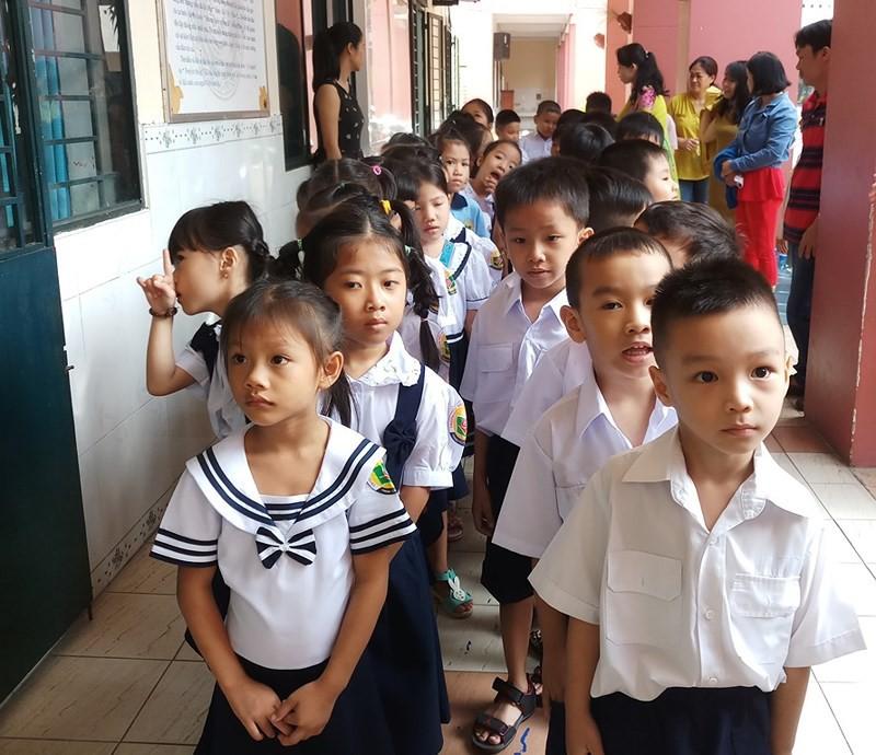 Học sinh lớp 1 mếu máo trong ngày đầu tựu trường - Ảnh 8.