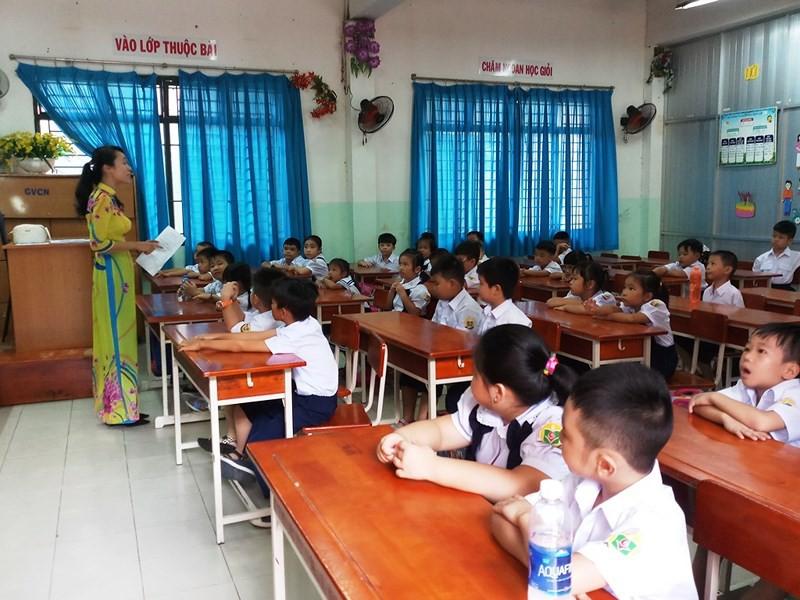 Học sinh lớp 1 mếu máo trong ngày đầu tựu trường - Ảnh 9.