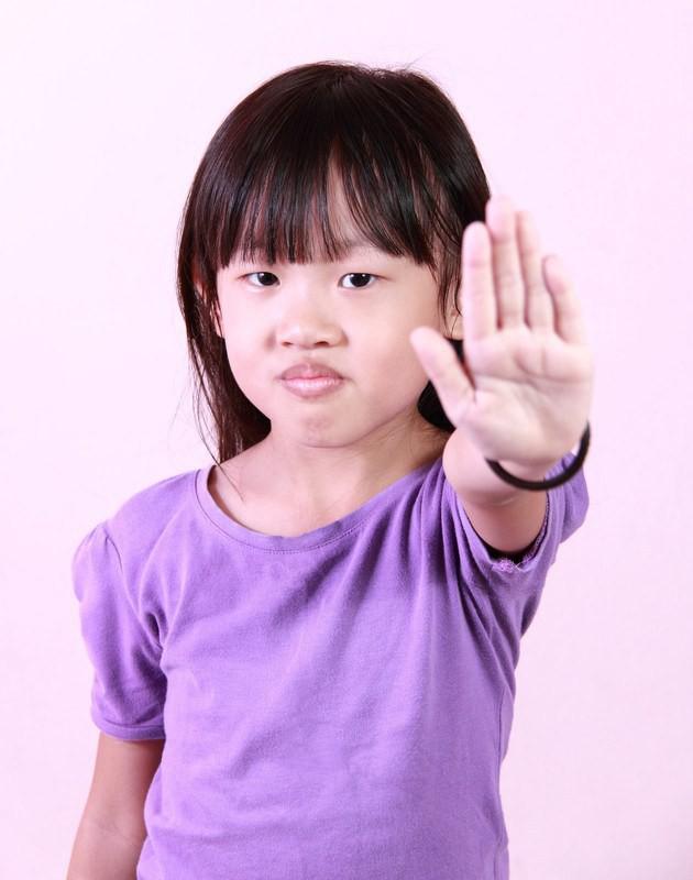Khi trẻ làm sai, nói KHÔNG sẽ chẳng tác dụng gì đâu, đây mới là những cách nói với con hiệu quả nhất - Ảnh 3.