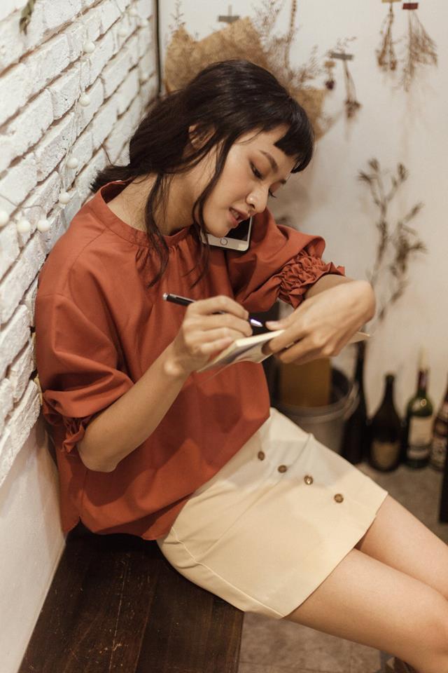 20 mẫu áo blouse siêu xinh từ các thương hiệu Việt chắc chắn sẽ đốn tim nàng trong những ngày giao mùa mát lịm - Ảnh 11.
