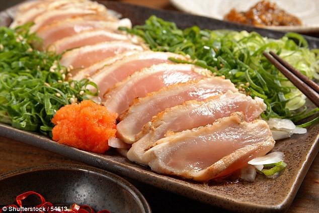 Ăn món ăn từ thịt gà theo kiểu Nhật, người đàn ông gần như bị mù vì nhiễm kí sinh trùng giun sán - Ảnh 1.