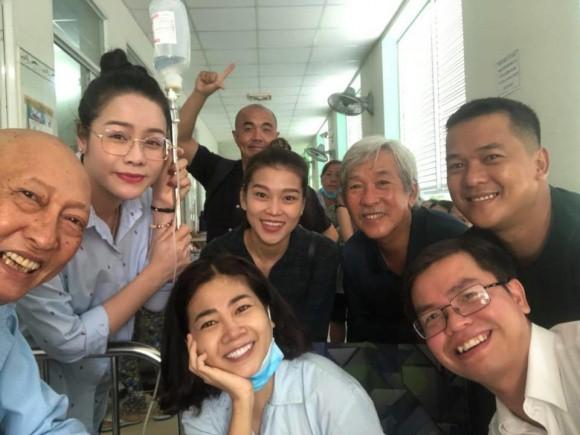Hình ảnh đẹp nhất hôm nay: Mai Phương vui vẻ chụp ảnh cùng diễn viên Lê Bình, lạc quan đối diện bệnh ung thư  - Ảnh 1.