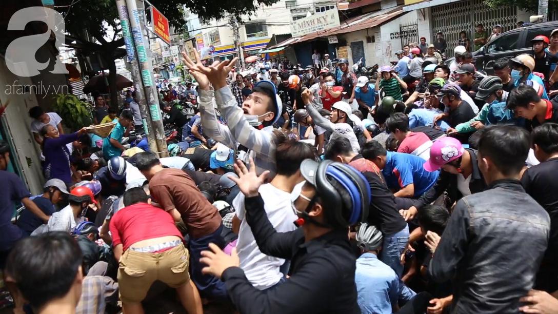 Hàng trăm thanh niên bất chấp nguy hiểm leo tường, chen nhau để giật đồ
