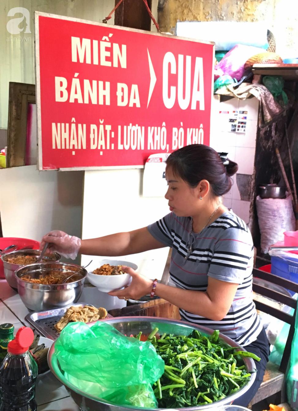 Khám phá quán bánh đa cua 25 năm tuổi trong chợ Châu Long khiến nhiều người khen tặng bánh đa cua ngon nhất Hà Nội - Ảnh 2.