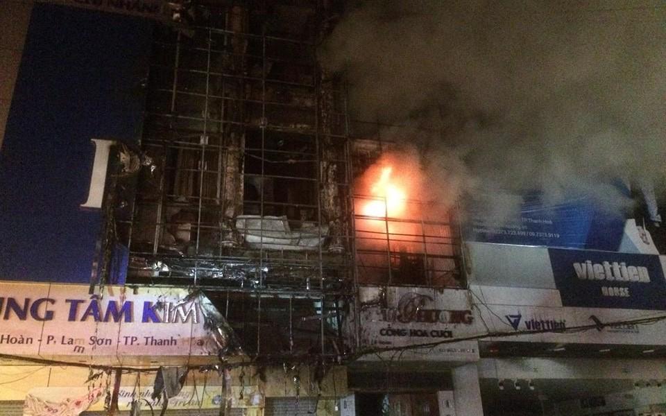 Hàng trăm người hoảng sợ theo dõi 3 căn nhà bùng cháy dữ dội trong đêm tại TP. Thanh Hóa