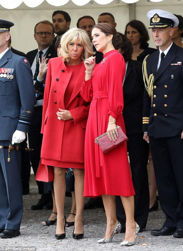 Không hẹn mà gặp, Đệ nhất Phu nhân Pháp và Công nương Đan Mạch hoá chị em hoa dâm bụt nổi nhất sự kiện  - Ảnh 3.