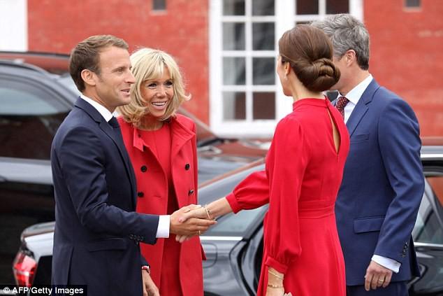 Không hẹn mà gặp, Đệ nhất Phu nhân Pháp và Công nương Đan Mạch hoá chị em hoa dâm bụt nổi nhất sự kiện  - Ảnh 5.