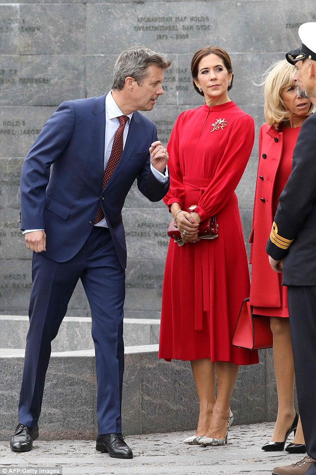 4f75a61500000578-6106001-a_dapper_looking_crown_prince_frederik_wearing_a_navy_blue_suit_-a-51_1535464324918