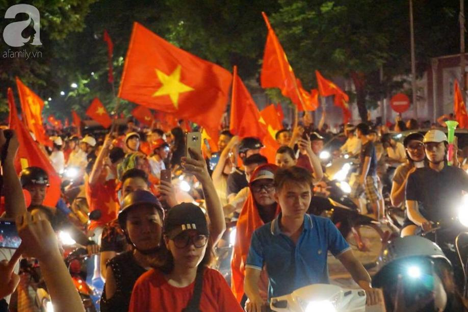 Cư dân chung cư HH Linh Đàm góp từng đồng thuê màn LED cỡ lớn cổ vũ Olympic Việt Nam đá bán kết ASIAD 2018 - Ảnh 1.