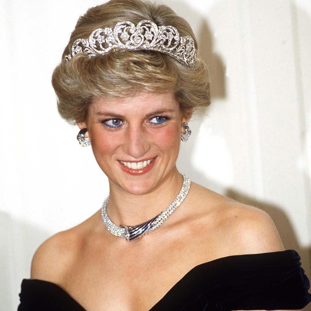 princess_diana_wearing_black_dress_with_tiara-blue_eyeliner-skincare_makeup_and_beauty_secrets-120814