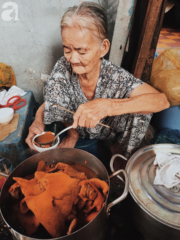 Bí mật nồi phá lấu không nấu bằng cốt dừa của bà ngoại 82 tuổi ở Sài Gòn, 30 năm qua vẫn làm mê lòng bao thực khách sành ăn - Ảnh 2.