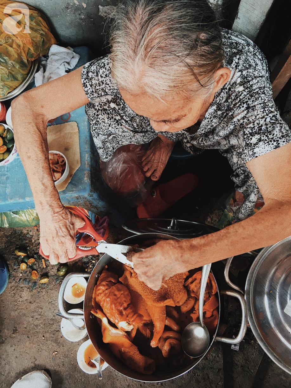 Bí mật nồi phá lấu không nấu bằng cốt dừa của bà ngoại 82 tuổi ở Sài Gòn, 30 năm qua vẫn làm mê lòng bao thực khách sành ăn - Ảnh 3.