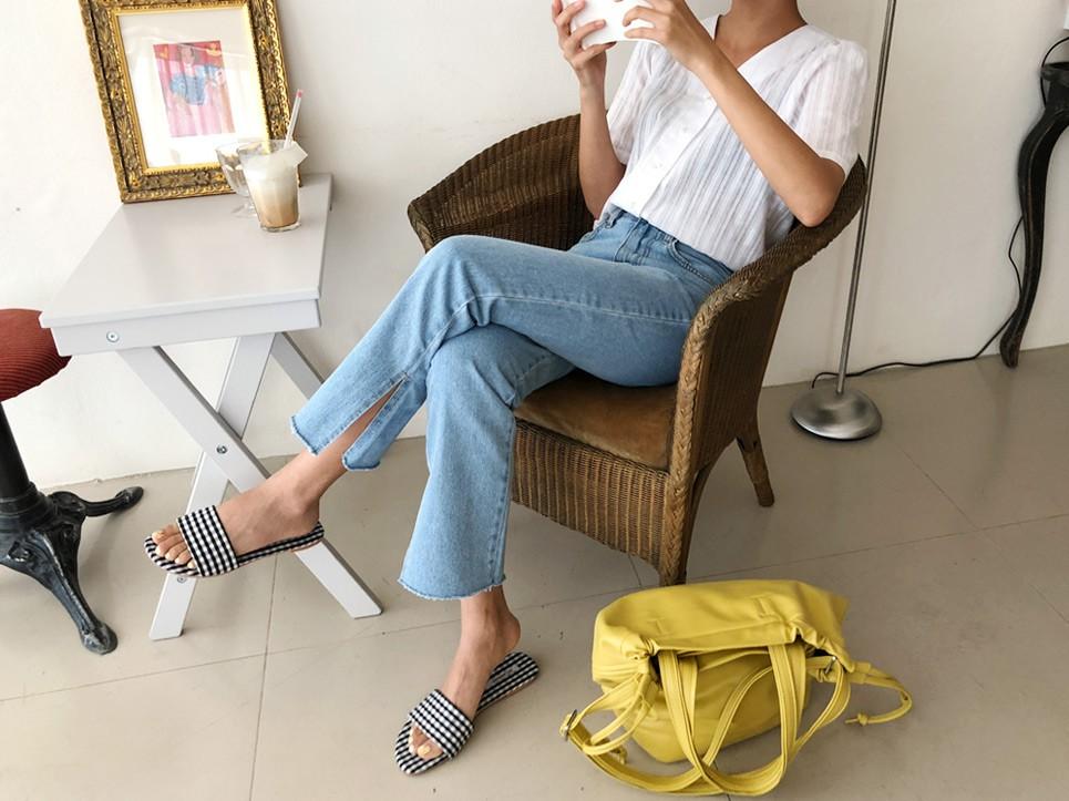 Quần jeans ống xẻ bên không phải là bị lỗi đâu mà chính là hot trend năm nay đấy! - Ảnh 6.