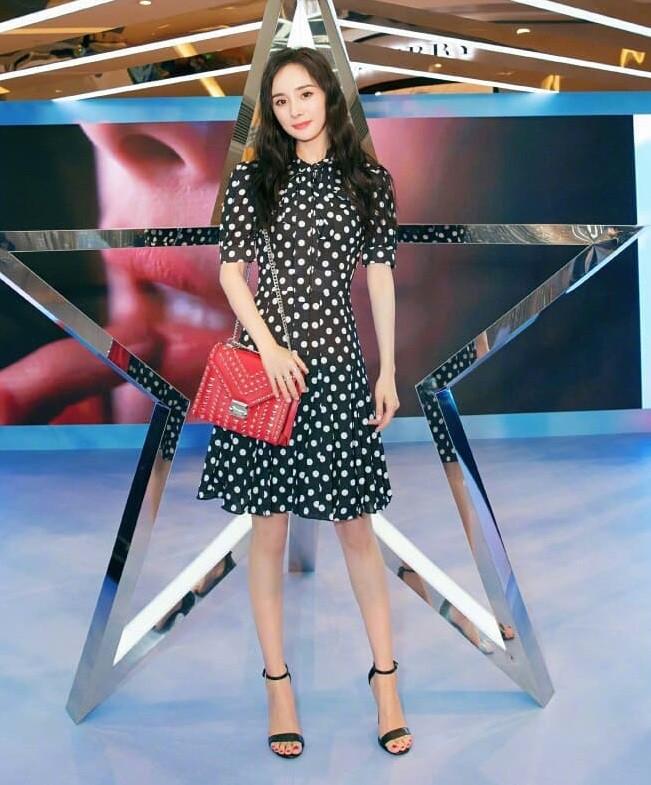 Dương Mịch vừa học 1 khóa bổ túc thời trang từ Hari Won hay sao mà lại chung lối diện đồ hết hồn thế này - Ảnh 2.