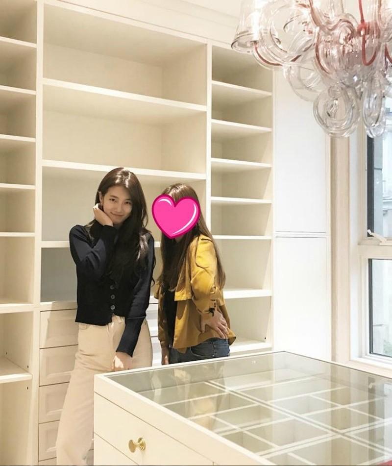 Lộ ảnh tủ đồ túi giày, phụ kiện hoành tráng không kém ai của Suzy - Ảnh 1.