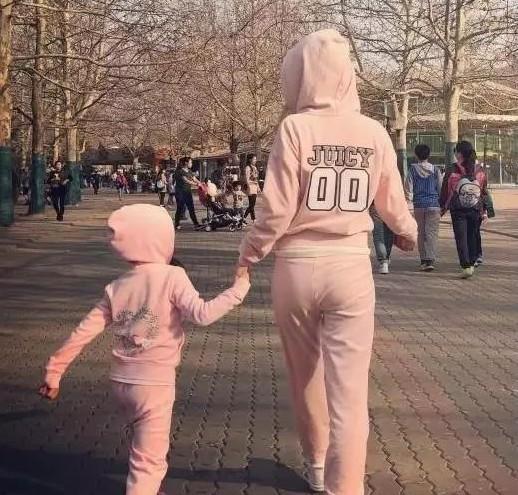 Con giá 6 tuổi nhà Lý Tiểu Lộ - Giả Nãi Lượng rất hay diện đồ đôi với mẹ - Ảnh 7.