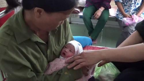 Hải Phòng: Phát hiện bé trai sơ sinh còn nguyên dây rốn đang khóc trong túi nilon ven đường - Ảnh 2.
