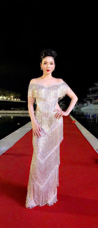 Hơn 10 tuổi và kém 10 phân, Lệ Quyên cũng chẳng ngán khi đụng hàng với Hoa hậu Phạm Hương - Ảnh 1.