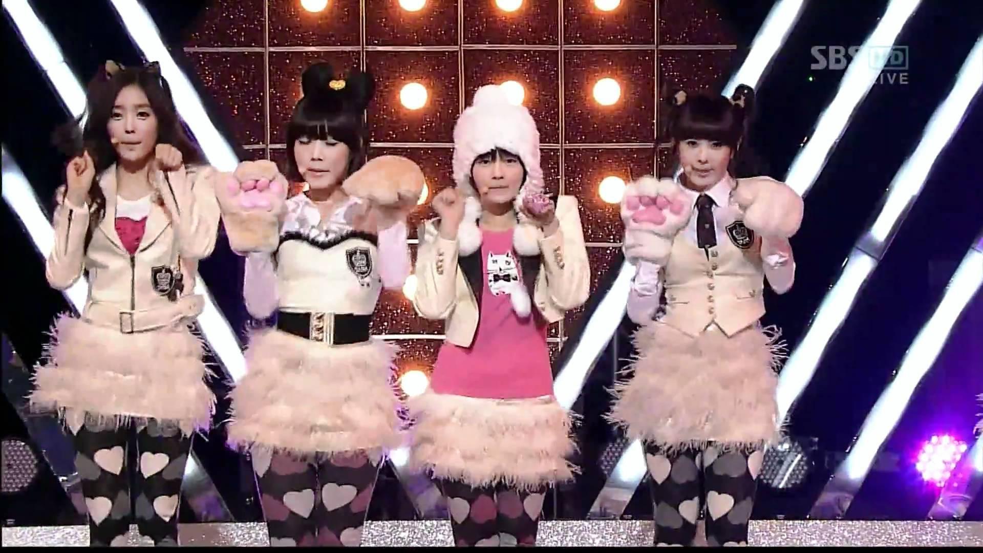 Những trang phục biểu diễn của sao Hàn khiến fan thắc mắc: Họ lấy đâu ra dũng khí để mặc như vậy? - Ảnh 11.