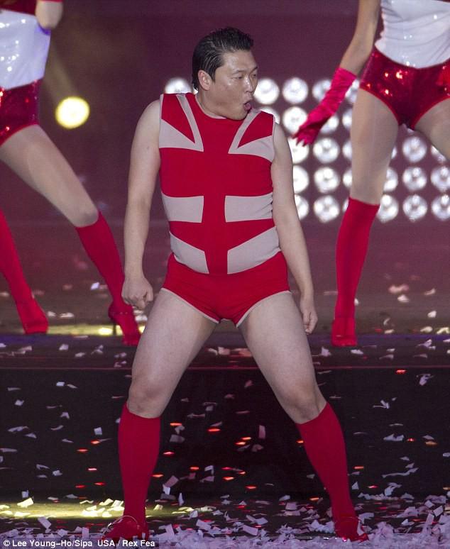 Những trang phục biểu diễn của sao Hàn khiến fan thắc mắc: Họ lấy đâu ra dũng khí để mặc như vậy? - Ảnh 15.
