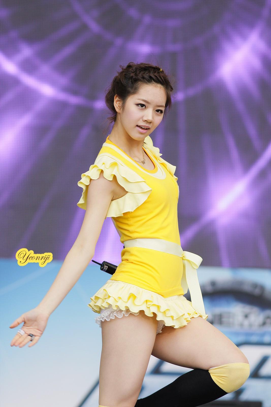 Những trang phục biểu diễn của sao Hàn khiến fan thắc mắc: Họ lấy đâu ra dũng khí để mặc như vậy? - Ảnh 5.