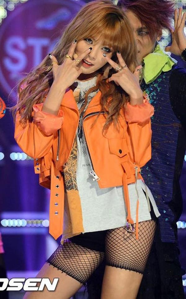 Những trang phục biểu diễn của sao Hàn khiến fan thắc mắc: Họ lấy đâu ra dũng khí để mặc như vậy? - Ảnh 8.