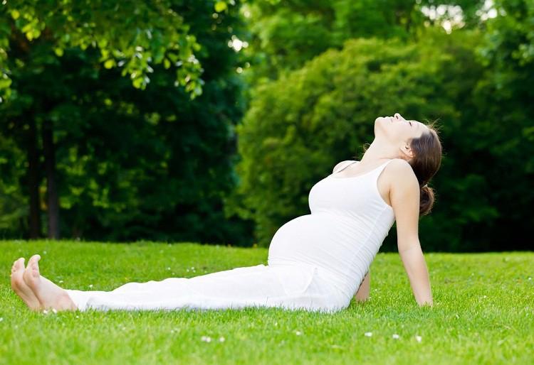 7 tư thế yoga cho bà bầu giúp đánh bay đau mỏi trong thai kỳ và các tư thế cần tránh - Ảnh 1.
