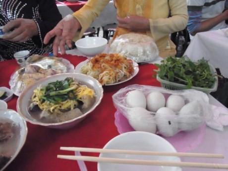 Tất cả các món ăn đều được bọc kín, dành khi ăn xong cơm với canh, mỗi người sẽ gói 1 dúm mang về. (Ảnh minh họa)