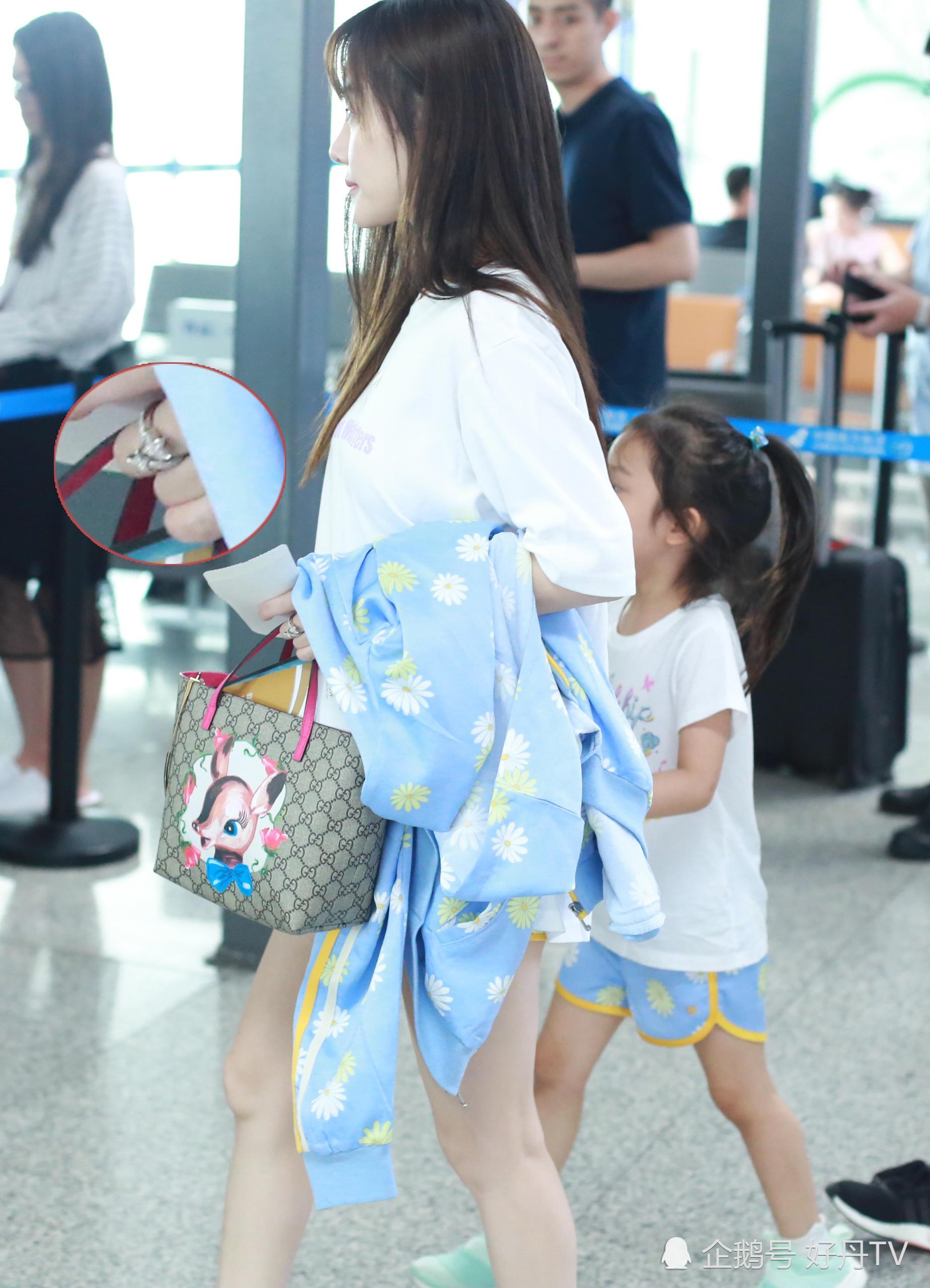Tái hợp với Giả Nãi Lượng, Lý Tiểu Lộ diện áo đôi, nói cười vui vẻ với con gái tại sân bay - Ảnh 7.
