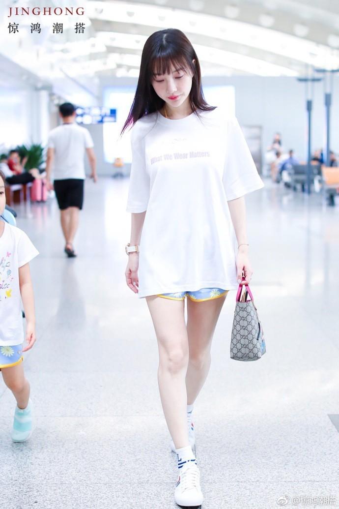 Tái hợp với Giả Nãi Lượng, Lý Tiểu Lộ diện áo đôi, nói cười vui vẻ với con gái tại sân bay - Ảnh 5.