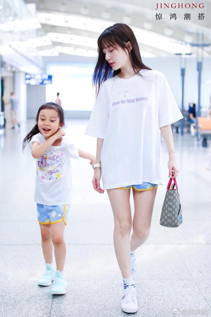 Tái hợp với Giả Nãi Lượng, Lý Tiểu Lộ diện áo đôi, nói cười vui vẻ với con gái tại sân bay - Ảnh 6.