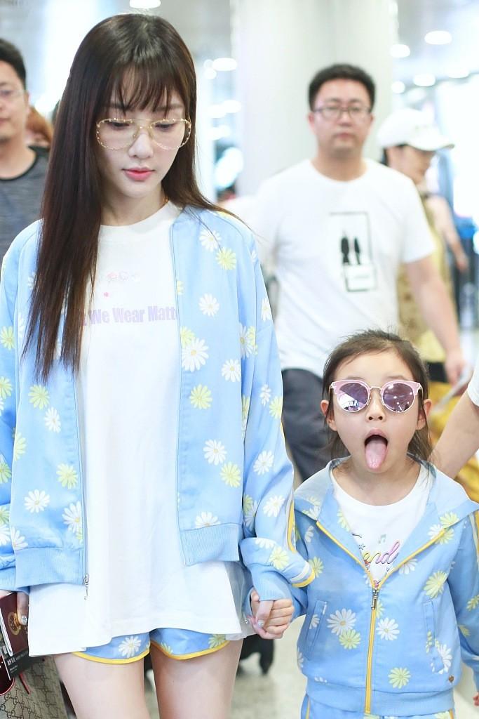Tái hợp với Giả Nãi Lượng, Lý Tiểu Lộ diện áo đôi, nói cười vui vẻ với con gái tại sân bay - Ảnh 4.