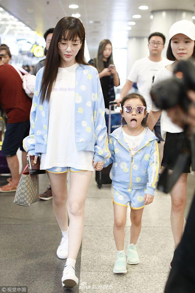 Tái hợp với Giả Nãi Lượng, Lý Tiểu Lộ diện áo đôi, nói cười vui vẻ với con gái tại sân bay - Ảnh 8.