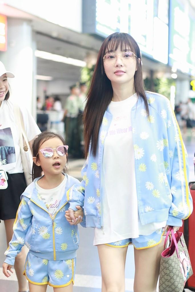 Tái hợp với Giả Nãi Lượng, Lý Tiểu Lộ diện áo đôi, nói cười vui vẻ với con gái tại sân bay - Ảnh 9.