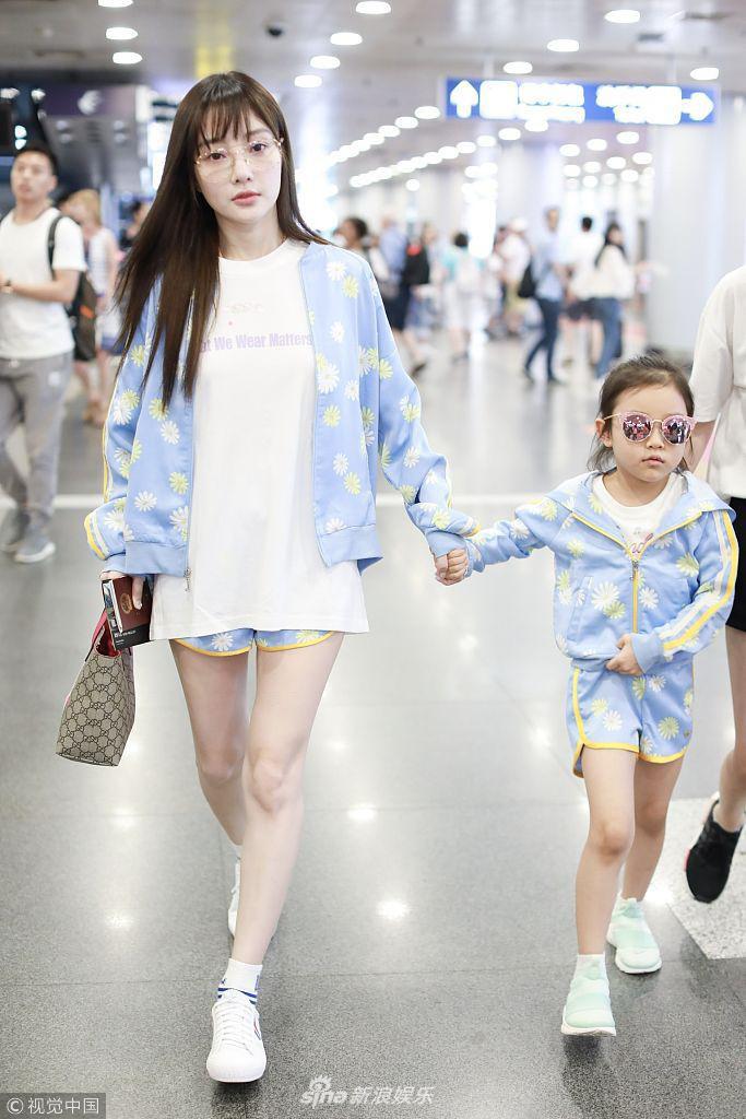 Tái hợp với Giả Nãi Lượng, Lý Tiểu Lộ diện áo đôi, nói cười vui vẻ với con gái tại sân bay - Ảnh 1.