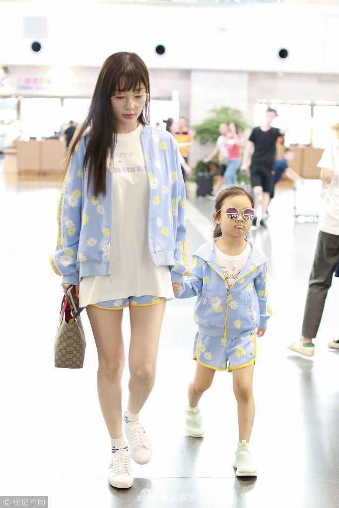 Tái hợp với Giả Nãi Lượng, Lý Tiểu Lộ diện áo đôi, nói cười vui vẻ với con gái tại sân bay - Ảnh 2.