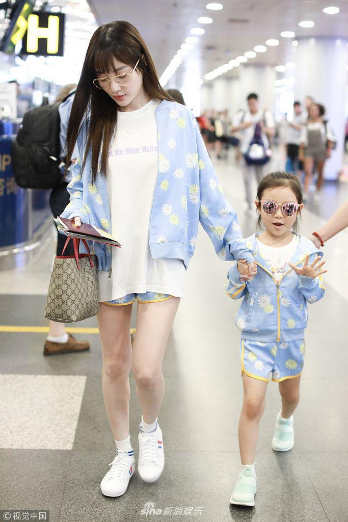 Tái hợp với Giả Nãi Lượng, Lý Tiểu Lộ diện áo đôi, nói cười vui vẻ với con gái tại sân bay - Ảnh 3.