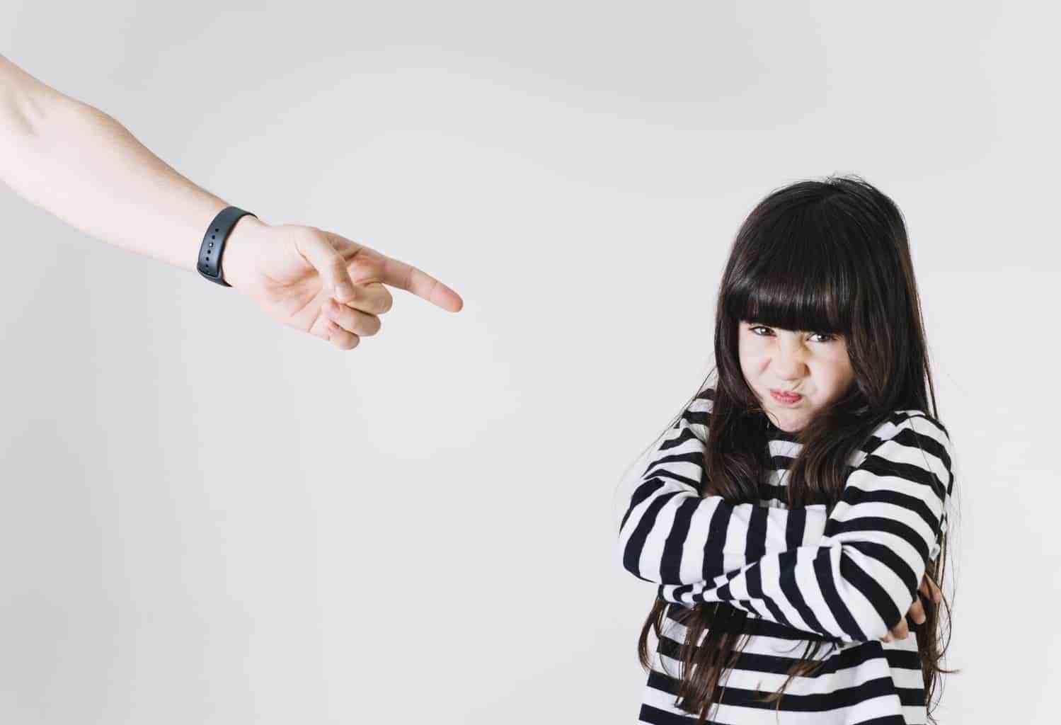 Nói với con những lời này khi trẻ đang mè nheo tức giận, sẽ chẳng tác dụng gì đâu - Ảnh 1.