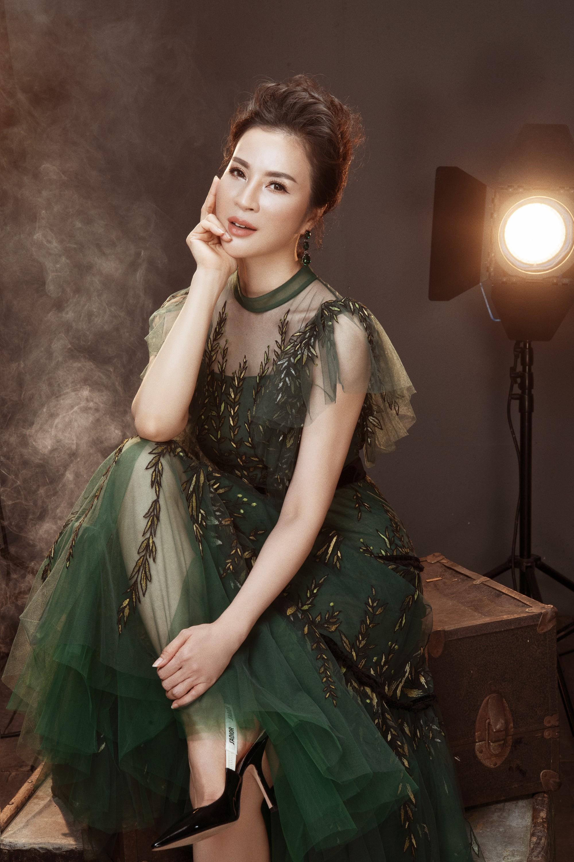 U50 Thanh Mai tung bộ ảnh lưu giữ tuổi xuân khoe da thịt nõn nà, vóc dáng thon gọn tới khó tin - Ảnh 1.