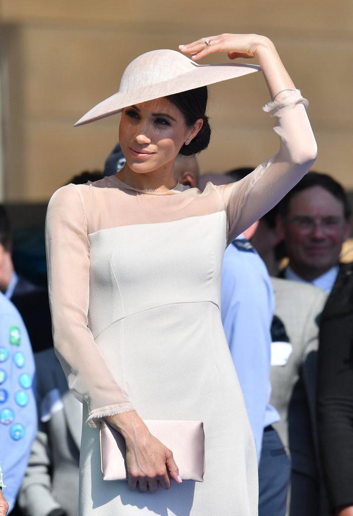Mặc lỗi lộ nội y vô duyên, váy của Meghan Markle vẫn khiến dân tình tranh nhau mua và bán hết veo sau vài giờ - Ảnh 6.