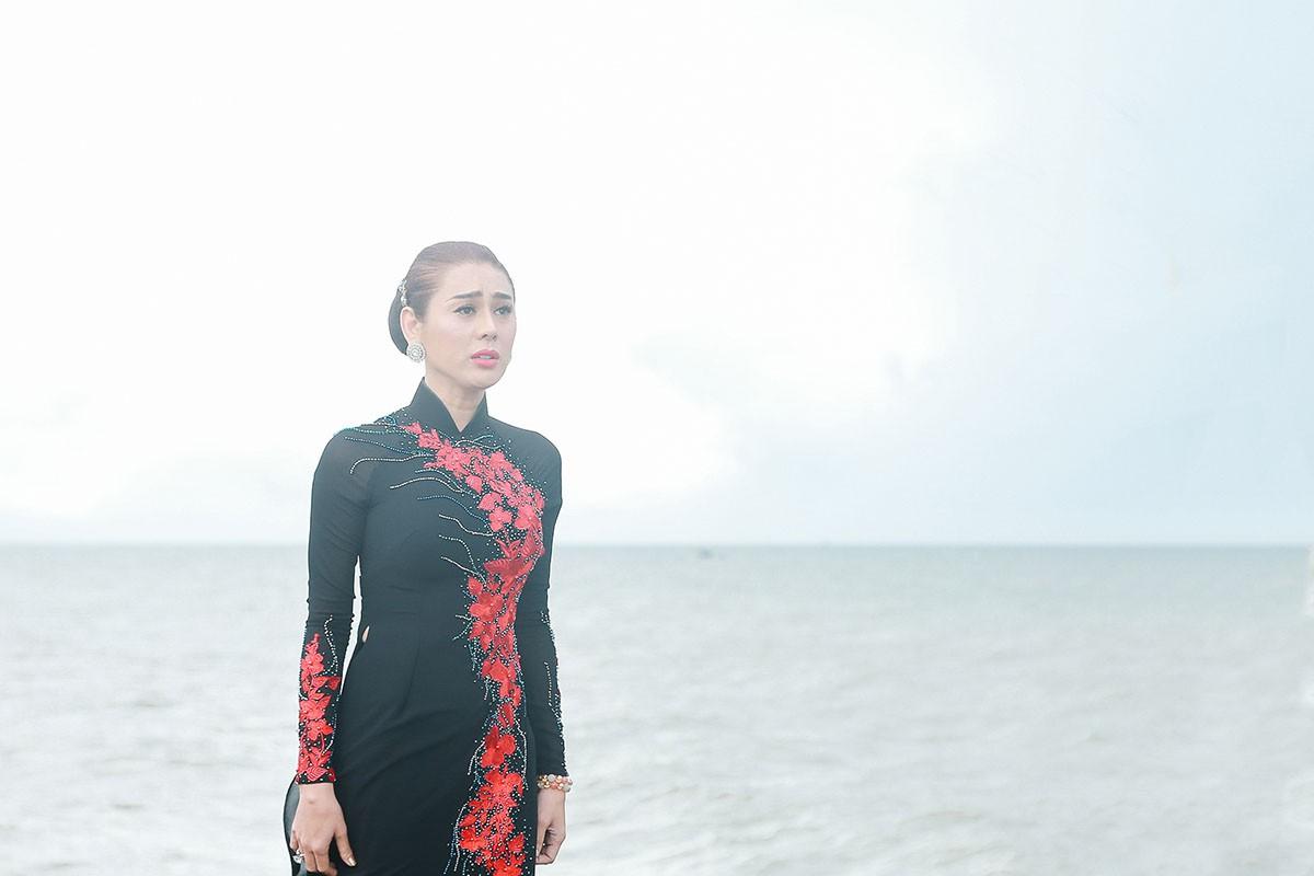 Lâm Khánh Chi mặc áo dài, đứng bên bờ biển chờ người yêu cũ quay về trong MV Parody Duyên mình lỡ - Ảnh 2.