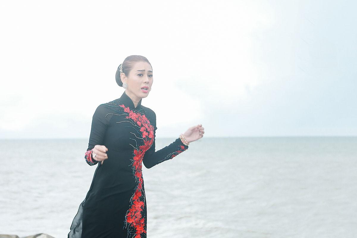Lâm Khánh Chi mặc áo dài, đứng bên bờ biển chờ người yêu cũ quay về trong MV Parody Duyên mình lỡ - Ảnh 1.